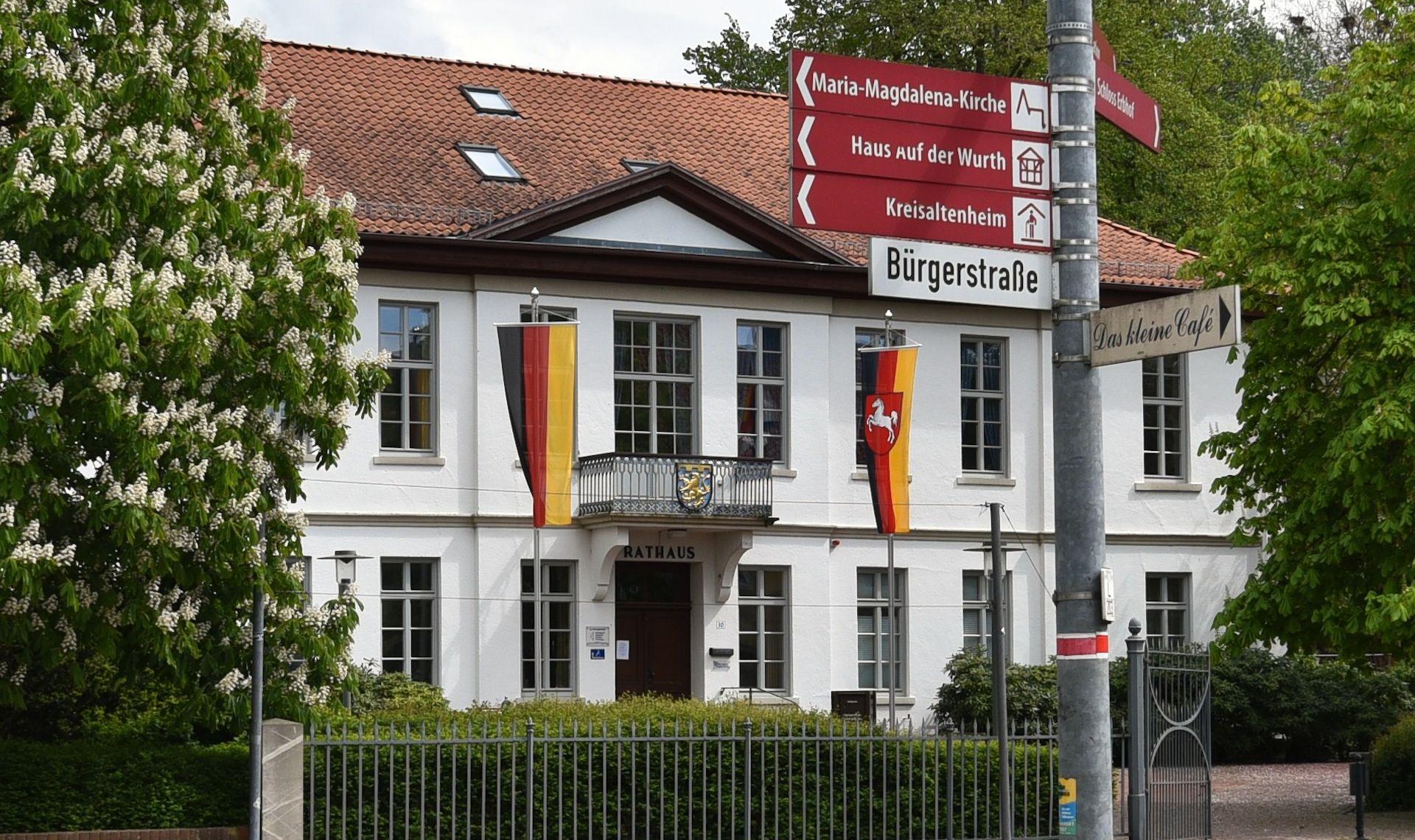 Rathaus_Startseite_Rathaus-mit-Wegweisern_neu