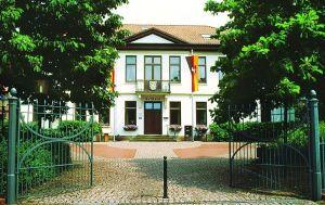 Rathaus mit Flaggen